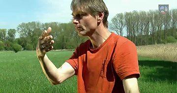 Qi Gong Lehrer Olaf Lüderitz bei ener Übung aus dem Tai Chi Qi Gong.