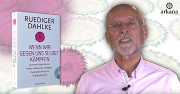 """Dr. Ruediger Dahlke mit seinem Buch """"Wenn wir gegen uns selbst kämpfen"""""""