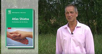 """Wilfried Rappenecker mit seinem Buch """"Atlas Shiatsu / Die Meridiane des Zen-Shiatsu"""""""