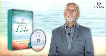 """Dr. Ruediger Dahlke mit seinem Buch """"Die Schattenreise ins Licht""""."""