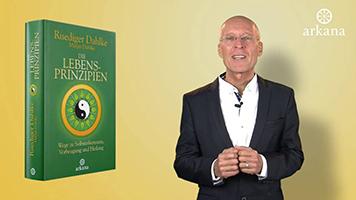 """Dr. Ruediger Dahlke mit seinem Buch """"Die Lebensprinzipien"""""""