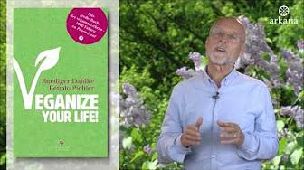 """Dr. Ruediger Dahlke mit seinem Buch """"Veganize Your Life""""."""
