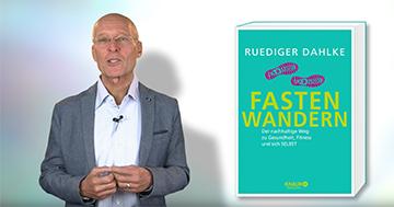 """Dr. Ruediger Dahlke mit seinem Buch """"Fastenwandern"""""""