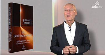 """Dr. Ruediger Dahlke mit seinem Buch """"Die Schicksalsgesetze"""""""