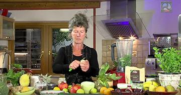 Birgit Schnurre bereitet einen Anti Stress-Smoothie zu