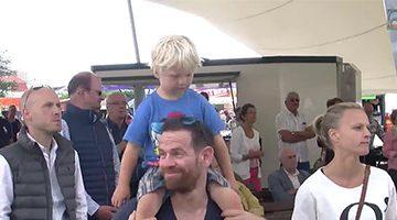 Mann mit Kind auf den Schultern