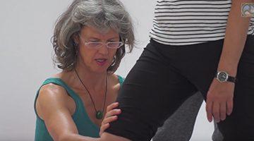 Stella Arndt mit einer Teilnehmerin der Fußschule