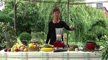 Birgit Schnurre bei der Zubereitung eines grünen Smoothies