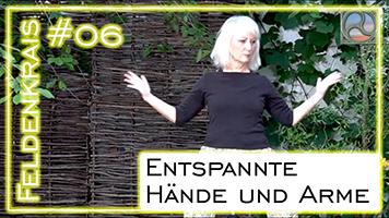Carola Bleis bei der Feldenkrais Übung für entspannte Hände und Arme