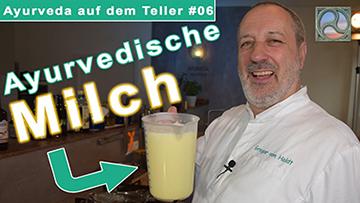 Gregor von Holdt zeigt ayurvedisch zubereitete Milch