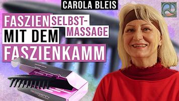 Carola Bleis mit dem Faszienkamm